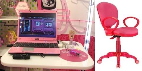 Růžový notebook a židle